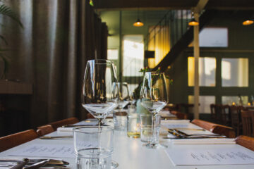 10 best dating tips for guys showing an empty restaurant table